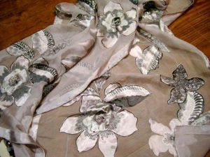 2513PS8gr Tuch graue Blüten